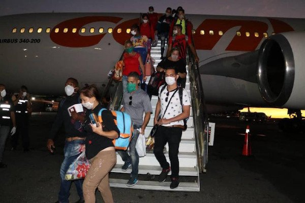 A Cuban medical delegation arrives in Caracas after finishing its labours fighting coronavirus in China. (VTV)