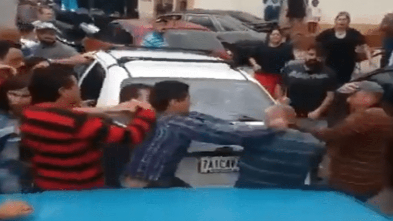 A fight breaks out in a fuel queue in Merida State. (@jquinterocomuni / Twitter)