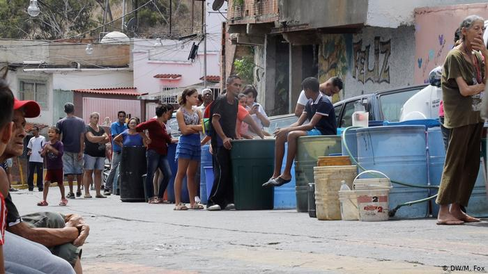 Venezuelans lining up for drinking water in Caracas (2019) (Michael Fox)