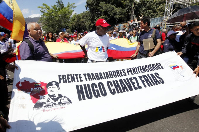 These prison workers proudly showed off their banner supporting Maduros re-election. (Rosalia Barreto/AVN)