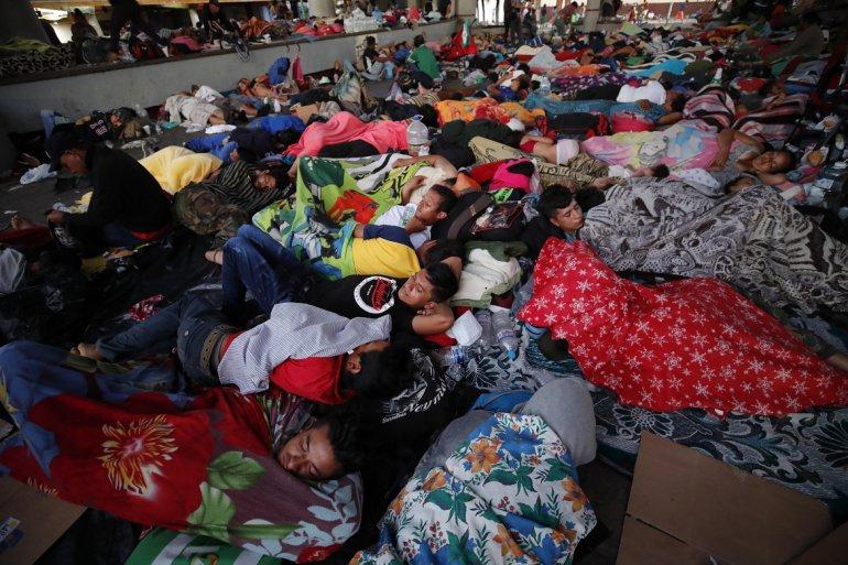 Migrants sleep on the floor in terrible conditions. (EFE)