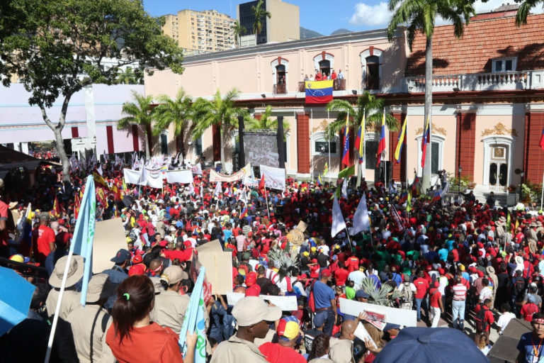 "Chavistas join over 400 international representatives at the ""People's Balcony"" of the Presidential Palace to commemorate the end of the military dictatorship in 1958. (La Iguana TV)"