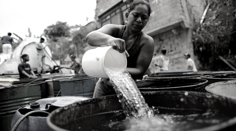 A woman prepares a water reserve for upcoming water shortages. (Archive)