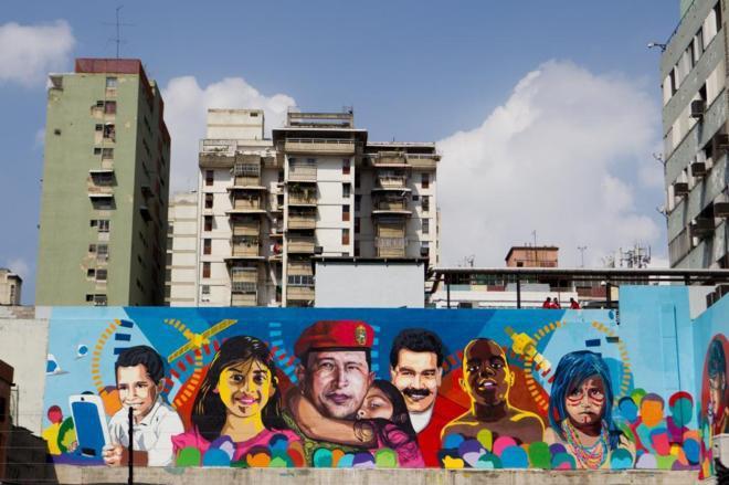 A mural near Miraflores Palace in Caracas, Venezuela. (Comando Creativo)