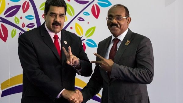 Venezuela's President Nicolas Maduro (L) and Prime Minister of Antigua and Barbuda Gaston Browne, 2016 (EFE)