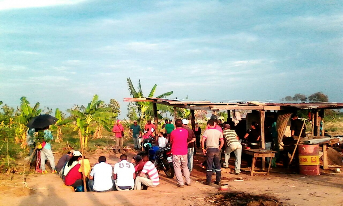 A meeting of campesino homesteaders to prevent an eviction in Sur del Lago, Zulia. (Alba TV)