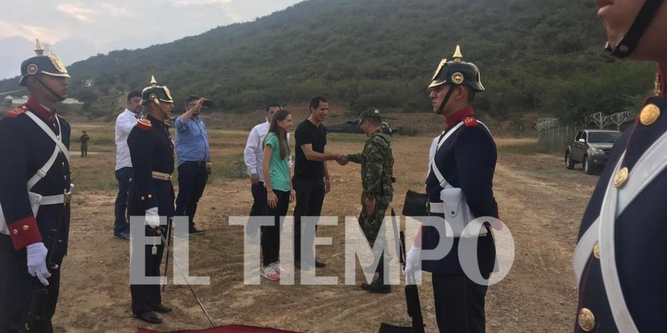 Juan Guaidó being received by the Colombian presidential honor guard, wearing the same clothes as in the pictures with members of Los Rastrojos. (El Tiempo)