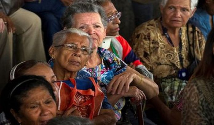 Venezuelan pensioners are mostly excluded from current wage-replacing bonus schemes, forcing them to rely on inflation-eroded pensions. (La Nacion)
