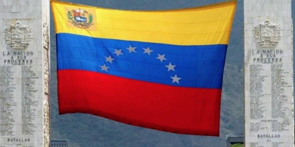 The Venezuelan flag flies between twin monuments commemorating national heroes in Los Proceres Avenue of Caracas. (Elias Jaua)