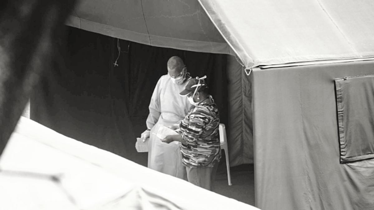 A doctor talks to a Covid-19 patient at the Poliedro de Caracas, Venezuela's main campaign hospital. (Crónica Uno)