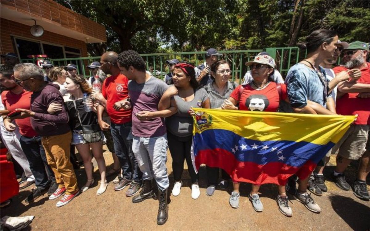Social movements gathered on the embassy to confront Guaido loyalists. (EFE)