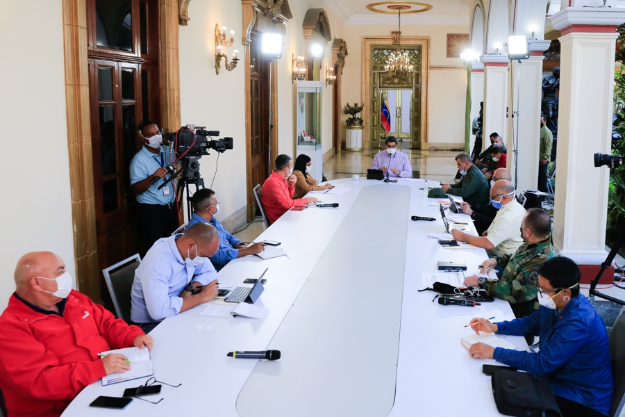 President Maduro and members of his cabinet discussed economic measures against spiraling inflation on Friday. (Presidential Press)