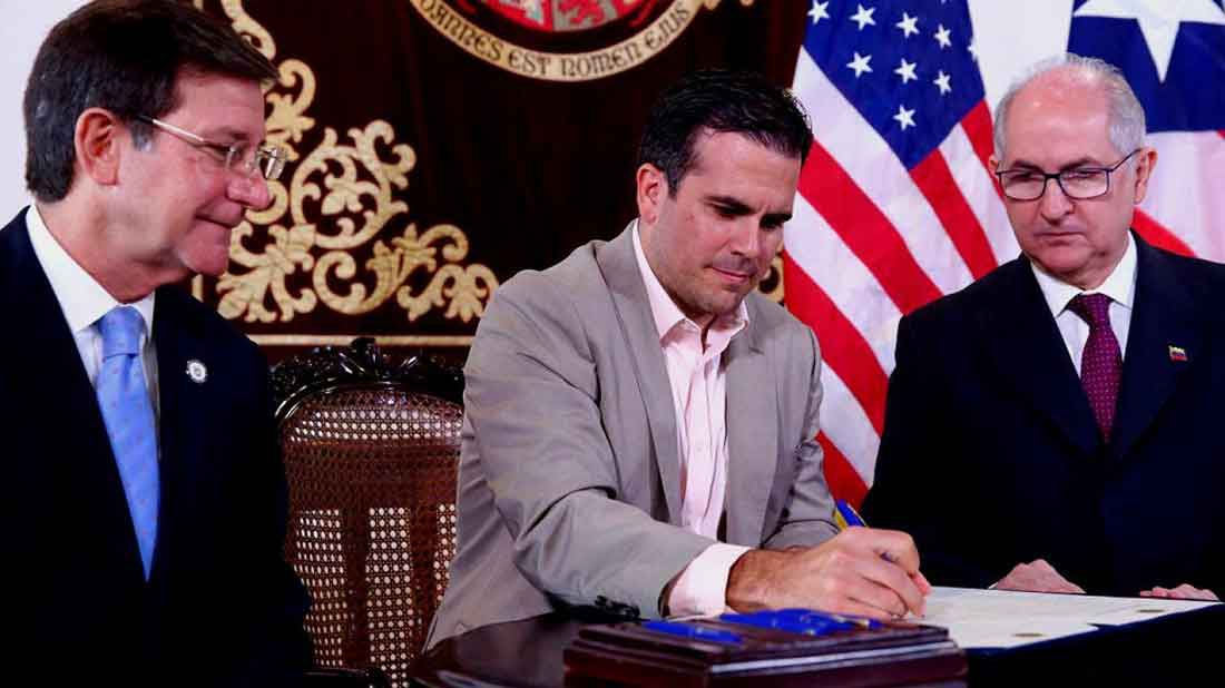 Puerto Rican Governor Ricardo Rossello (C) alongside his State Secretary Roberto Vilella (L) and Venezuelan fugitive opposition leader Antonio Ledezma (R) signing an agreement in San Juan, Puerto Rico. (Antonio Ledezma Press)
