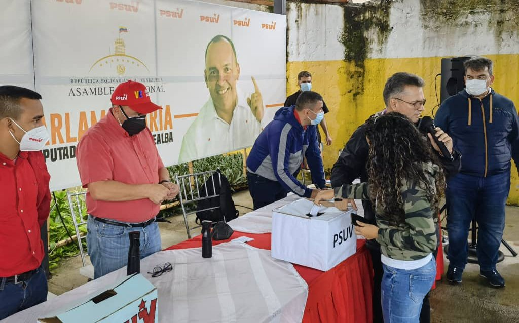PSUV member deposits a secret ballot as part of the primary process (@torrealbaf / Twitter)