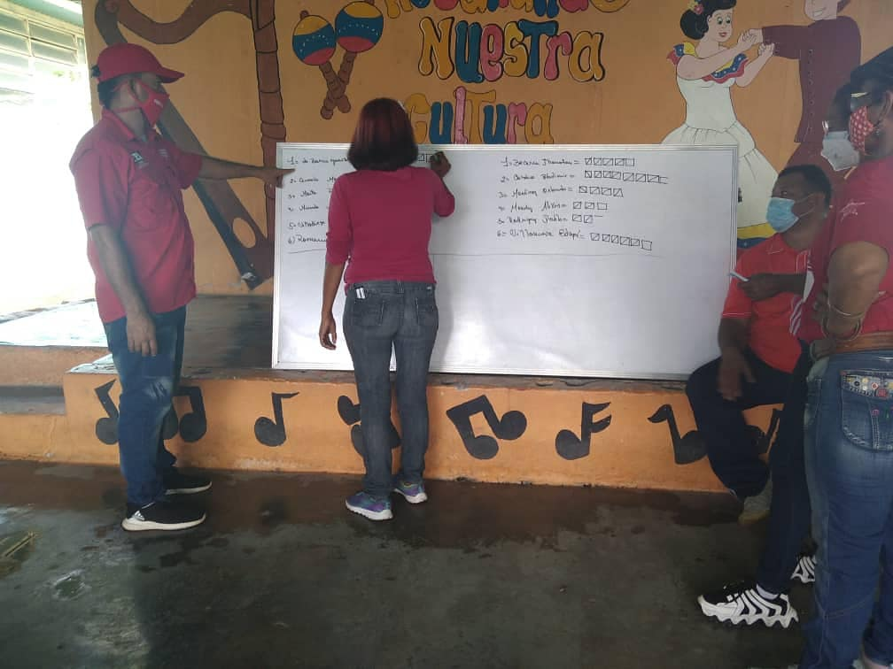 Volunteers tabulate the votes of various candidates in the primary election in the state of Cojedes (@CojedesPsuvOfic / Twitter)