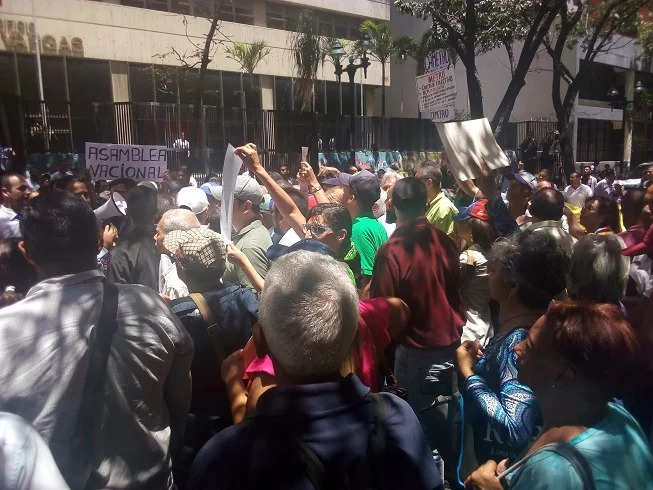 Electricity and telecommunications workers protest to defend labor rights. (Aporrea)