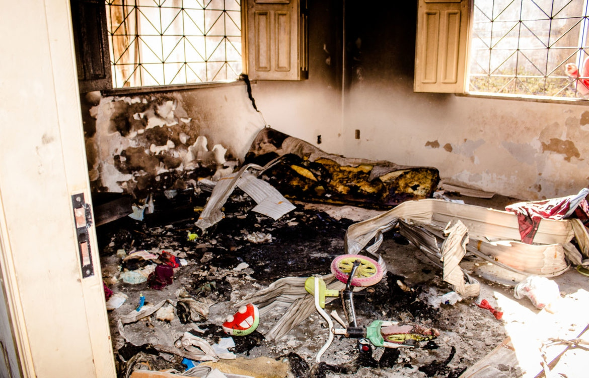 A family of three was injured when a shed housing approximately thirty people was set ablaze. (Yolanda Mêne/Amazônia Real/2018)