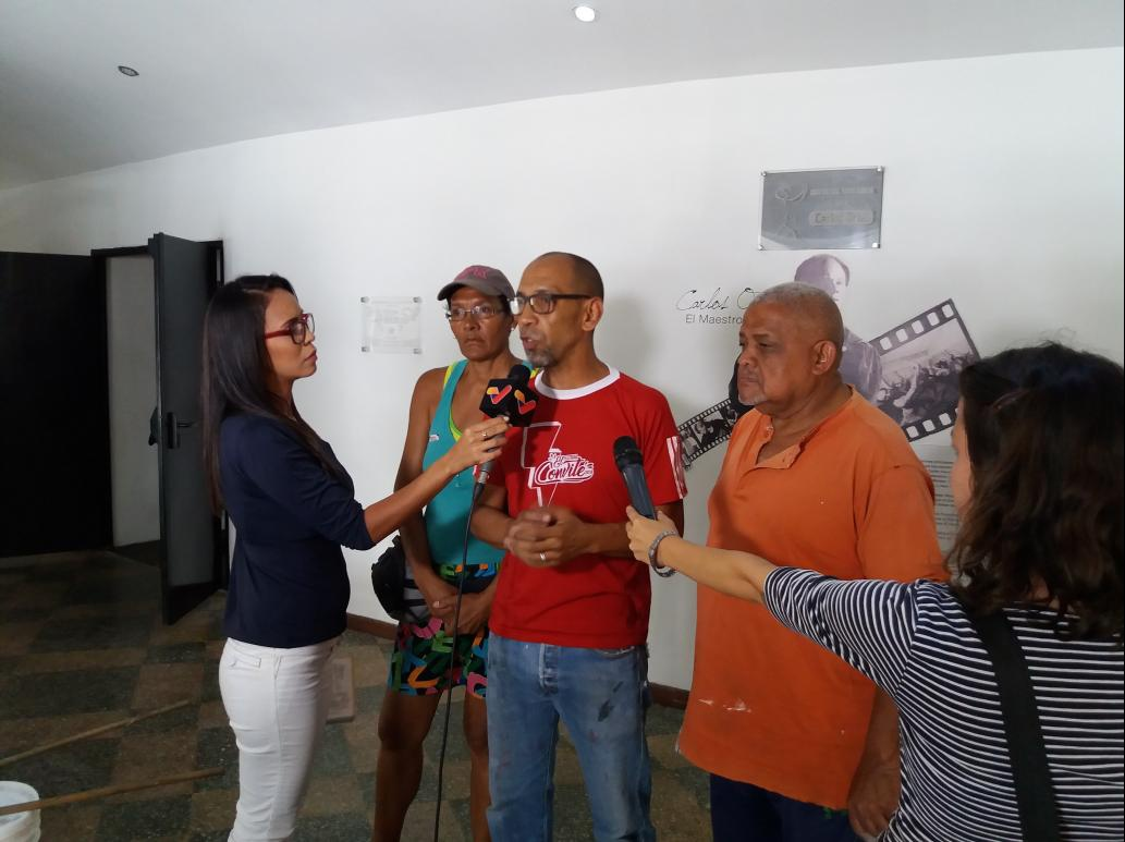 Reinaldo Mijares talking to state TV channel VTV ahead of the Caracas Theatre Festival. (Ricardo Vaz)