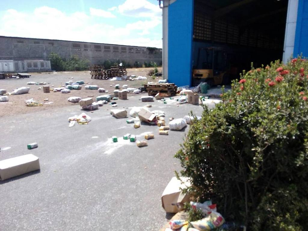 The aftermath at a looted government food store in Guarico Saturday. (Aporrea)