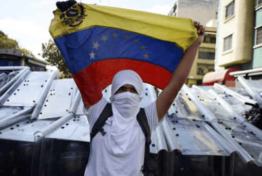 Venezuelan right wing violent protestors tried to overthrow the elected government in 2017. (Photo by Diariocritico de Venezuela | CC BY 2.0)