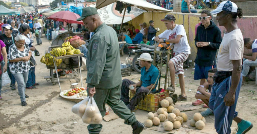 Shoppers in an open air market in Caracas. (Archive)