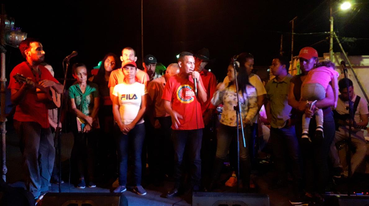 """Sandino Primera and the Committee for the Defense of Cerro La Vieja closed the concert singing """"Coquivacoa,"""" a song by Ali Primera (Jhosy Coronado)"""