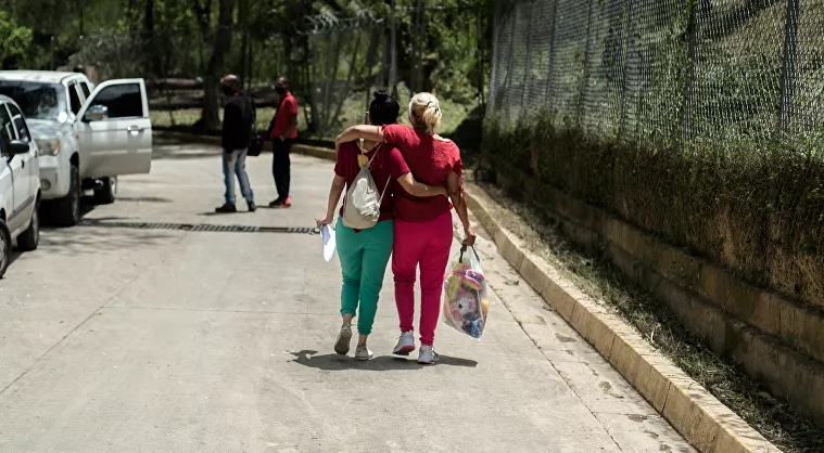 Belkys Flores with her daughter Ninoska Suarez leaving jail. (Marcelo Volpe / Sputnik)