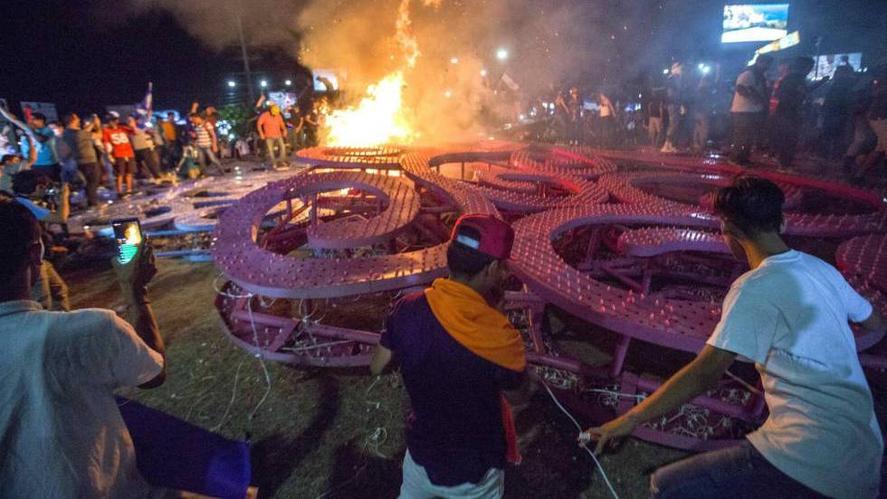 Hugo Chavez sculpture destroyed