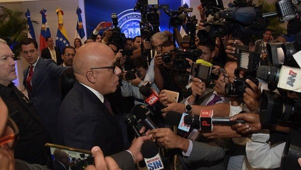The government and opposition intend to advance Venezuela's economy and establish peaceful relations via the dialogue in the Dominican Republic. (teleSUR)