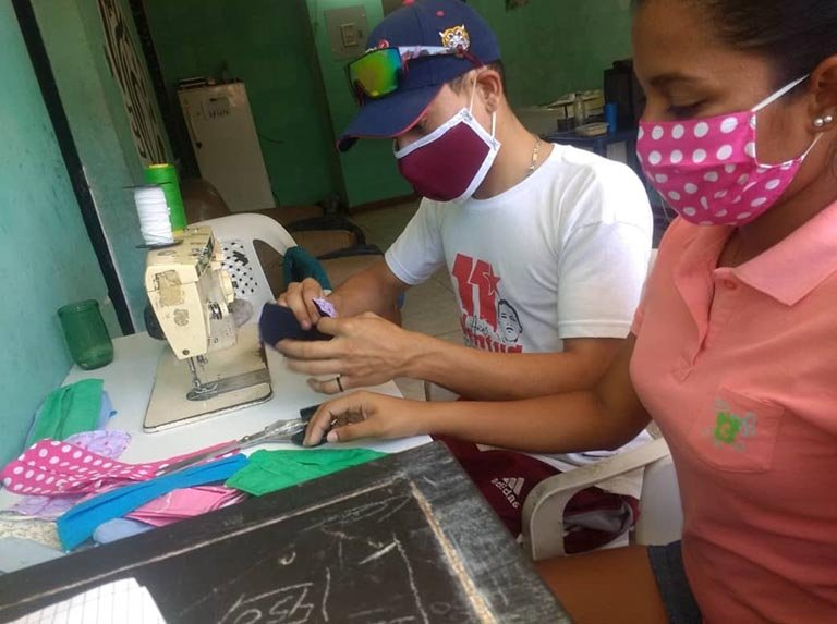 Authorities have also stimulated micro-facemask productive units, in some cases converting production lines of other products to produce the masks. Here, youths in Aragua State work to make cloth-based masks. (Aporrea)
