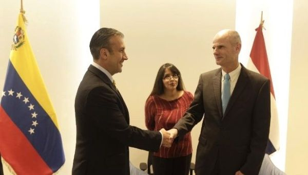Venezuelan Vice President Tareck El Aissami greets Dutch Foreign Affairs Minister Stef Blok. (VTV)
