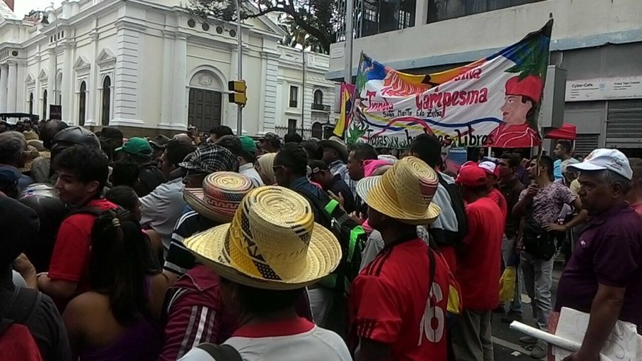 Campesino and Caracas popular movements could not get past the Legislative Palace due to police presence. (Tatuy TV)