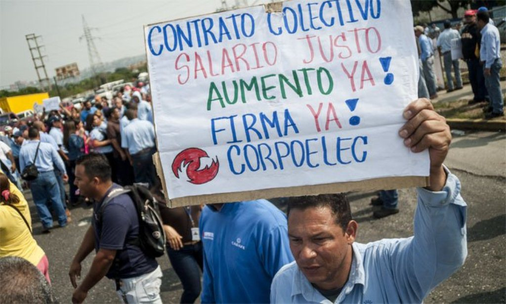 Corpoelec workers in Valencia, Carabobo state, demand salary increases. (ACN)
