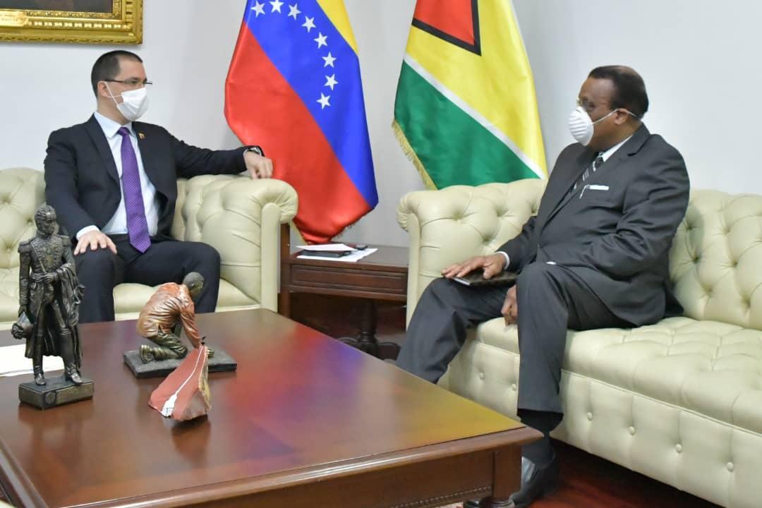 Venezuelan Minister of Foreign Affairs Jorge Arreaza met with Guyana's Chargé d'Affaires to Venezuela, Robert McKenzie (MPPRE)