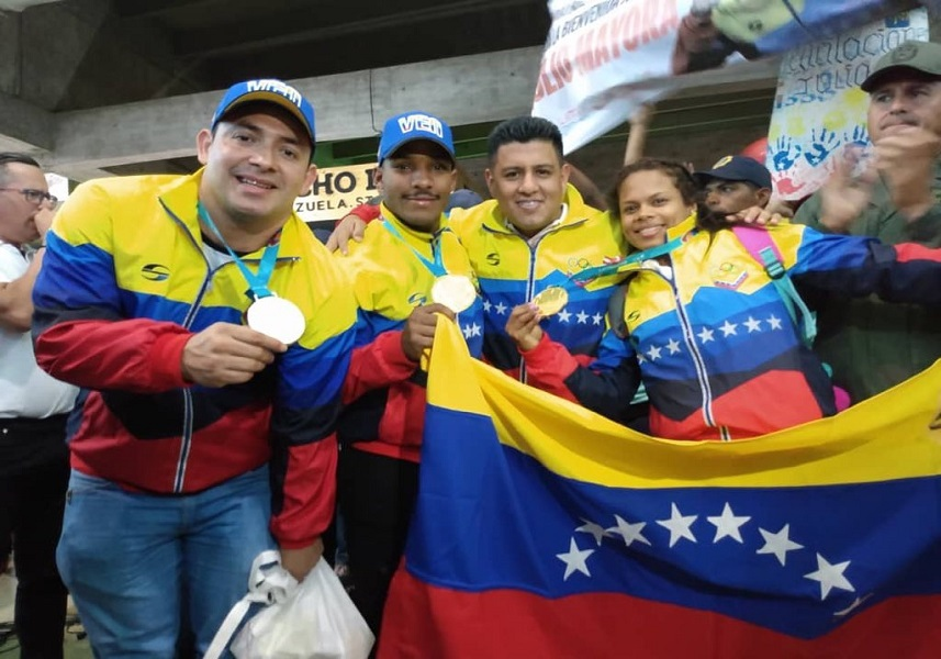 Venezuelan gold medalists show off their trophies upon returning to Caracas. (Communications Ministry)