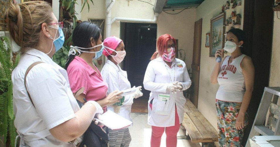 Venezuelan doctors conducting a COVID-19 house visit. (@OrlenysOV)