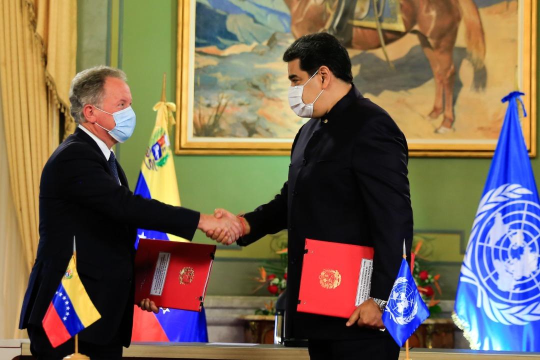 WFP Executive Director David Beasley and President Nicolás Maduro shake hands