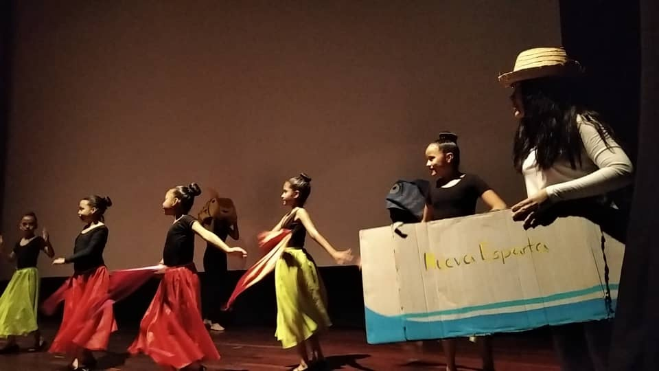 """Dance group """"Las Abejitas del Panal"""" presented in the tribute in the Cultural Center of Parque Central, Caracas"""