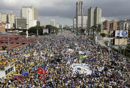 Opposition supporters gathered on Caracas' largest boulvard to demonstrate against the constitutional reform proposal of President Chavez. (El Universal)