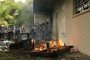 Violent opposition students outside the School of Social Work (ABN)