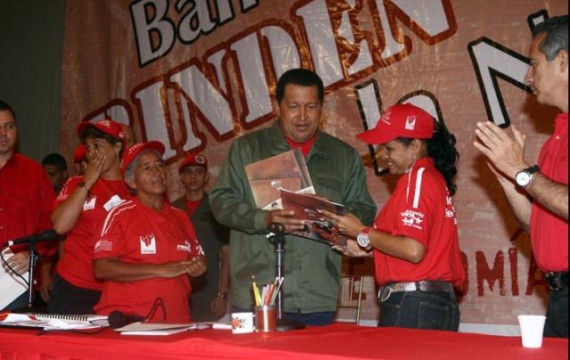Venezuela president Hugo Chavez delivering credit to communal bank members. (Prensa Presidencial)