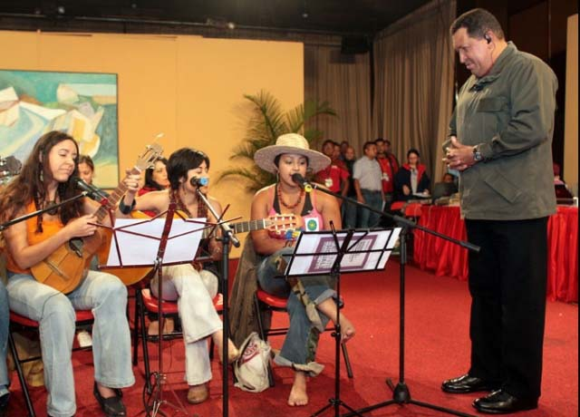 La Cantera performed with President Chavez Sunday in honor of women. (ABN)