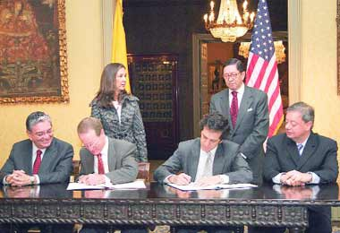 U.S. Ambassador to Colombia William Brownfield (center left) and Colombian Foreign Relations Minister Jaime Bermudez (center right) signing the accord on October 30th (EFE)