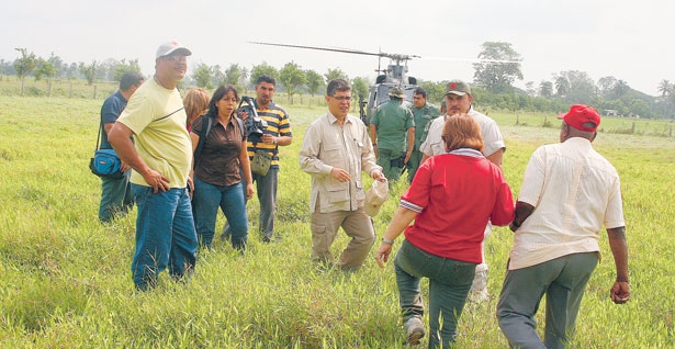 Minister of Agriculture and Land, Elias Jaua hands over La Milagrosa to peasants (Tubal José Padilla)
