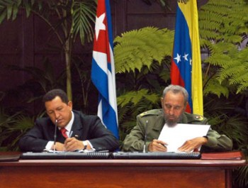Venezuelen President Chavez and then Cuban President, Fidel Castro sign the founding ALBA agreement in 2004 (AIN Cuba)