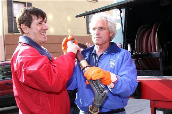 Citgo CEO alejandro Ganado (left) and Citizen's Energy chairman Joseph P. Kennedy II get ready to pump heating oil in New York City. (EFE)