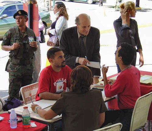 Greg Palast speaks with supporters of Hugo Chavez