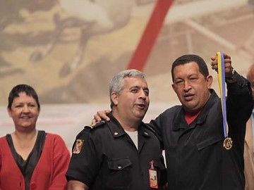 President Chavez handing out Order of Merits to workers on Friday (Prensa Presidencial)