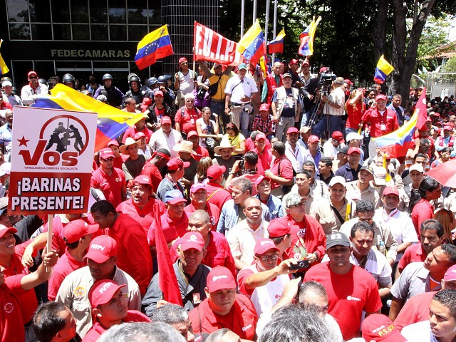 Workers from nationalized companies protesting outside FEDECAMARAS (ABN)