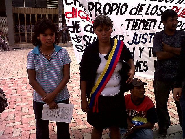 The Yukpa protest outside the Venezuelan Supreme Court (Aporrea).